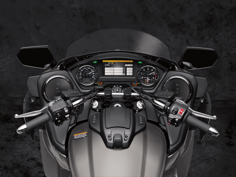 2018 Yamaha Star Venture cockpit
